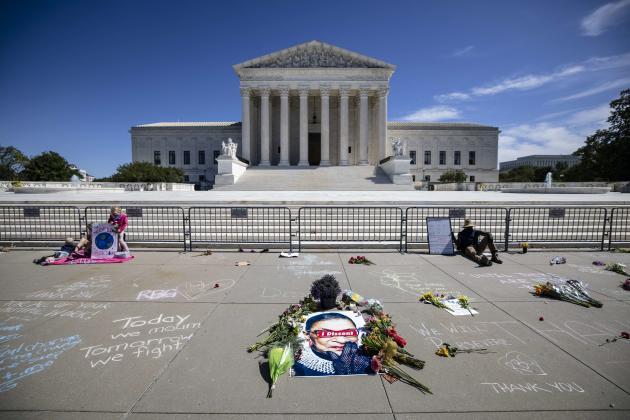 Hommage à la juge Ruth Bader Ginsburg, devant la Cour suprême américaine, à Washington, le 19 septembre.