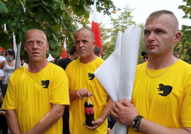 Des agriculteurs polonais manifestent contre le projet d'interdiction de l'élevage des animaux à fourrure et de l'emploi d'animaux dans les cirques, à Varsovie, le 16 septembre.