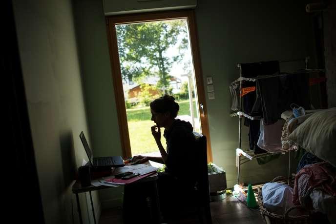 Une femme télétravaille à Vertou (Loire-Atlantique), le 14 mai.