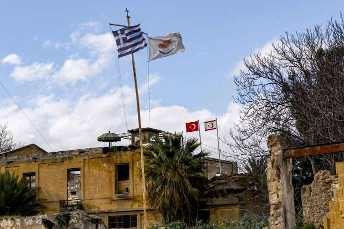 Les drapeaux de la Grèce, de Chypre, de la Turquie et de la république autoproclamée turque du nord de Chyprre dans la capitale divisée Nicosie, sur l'île de Chypre, le 7 février.