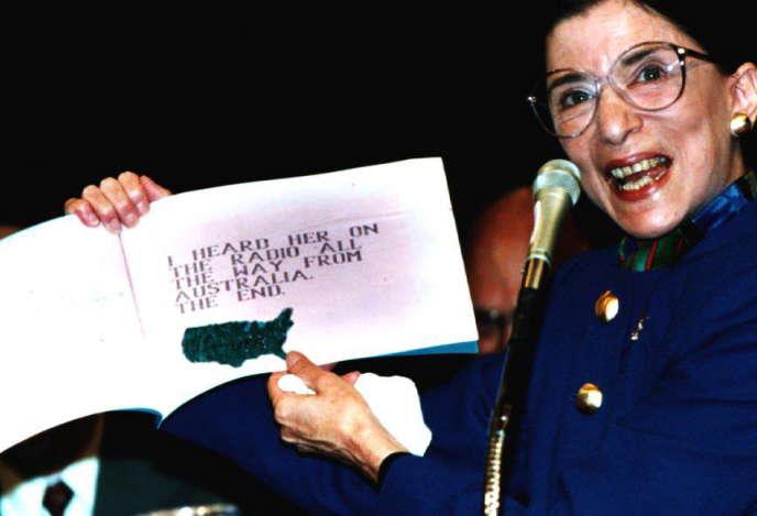 Ruth Bader Ginsburg pose avec un livre intitulé «Ma grand-mère est très spéciale», écrit par son petit-fils Paul Spera, à Washington, en 1993.
