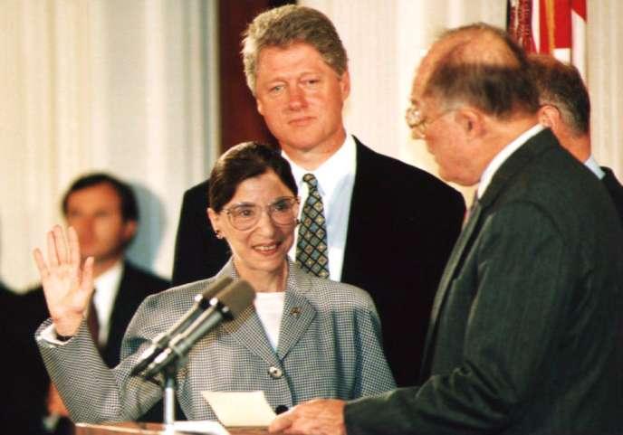 Ruth Bader Ginsburg prêteserment sous l'œil du président Bill Clinton qui a proposé sa nomination à la Cour suprême, à Washington, le 9 août 1993.