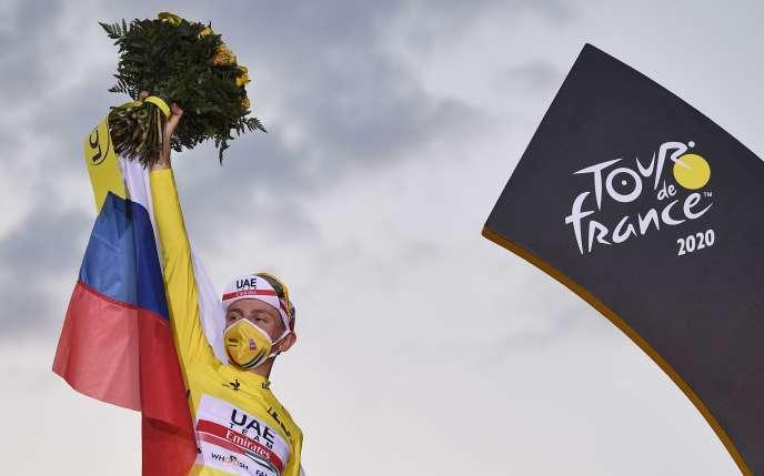 Tadej Pogacar célèbre sa victoire, dimanche 20 septembre à Paris.