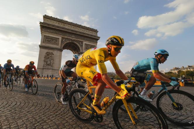 Le Slovène Tadej Pogacar, maillot jaune du Tour de France, arrive sur les Champs-Elysées le 20 septembre.