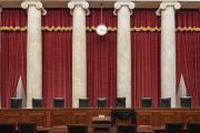 Le siège de Ruth Bader Ginsburg drapé de noir à la Cour suprême américaine, le 19 septembre à Washington.