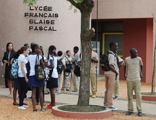 Devant le lycée français Blaise-Pascal d'Abidjan, en Côte d'Ivoire, en septembre 2008.