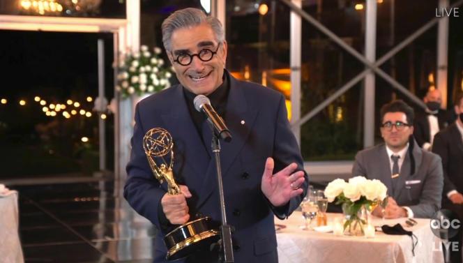 Eugene Levy accepte son Emmy Awards pour son rôle dans