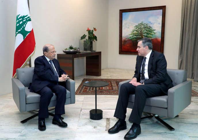 Le président libanais Michel Aoun (à gauche) et le Premier ministre Mustapha Adib, chargé de former le nouveau gouvernement, le 16 septembre 2020 à Beyrouth.