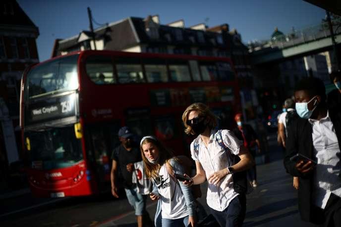 Boris Johnson encouragera les Britanniques à travailler de chez eux et souhaite réduire les heures d'ouverture des bars et restaurants dans l'espoir d'endiguer une deuxième vague d'épidémie de Covid-19 au Royaume-Uni.
