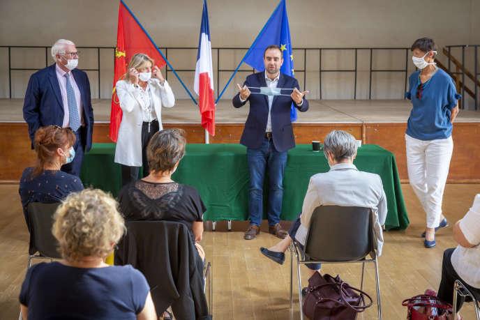Sébastien Lecornu, ministre des outre-mer, avec Ladislas Poniatowski (à gauche), Nicole Duranton, tous deux sénateurs de l'Eure, et Perrine Forzy, suppléante, en campagne pour les élections sénatoriales, à Nonancourt (Eure), le 18septembre 2020.