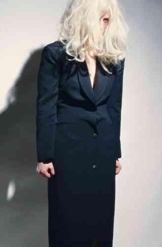 """«La série """"Fashion"""" marque le début du dialogue entrepris par Cindy Sherman avec la mode. On peut y reconnaître, entre autres, des créations de Jean Paul Gaultier et Dorothée Bis, prêtées par une amie propriétaire d'une boutique de mode. Partout s'y manifeste un refus de la séduction et des codes de la mode. Ne reculant jamais devant le grotesque, elle livre alors une galerie de personnages absents, agressifs ou extraordinaires.»"""