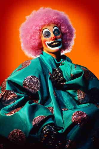 """«La figure du clown marque un point d'orgue dans la dimension carnavalesque de l'œuvre de Cindy Sherman. Avec la série """"Clowns"""" (2003-2004), l'artiste utilise pour la première fois Photoshop, retravaillant jusqu'à l'extravagance les maquillages et les fonds criards des images.»"""