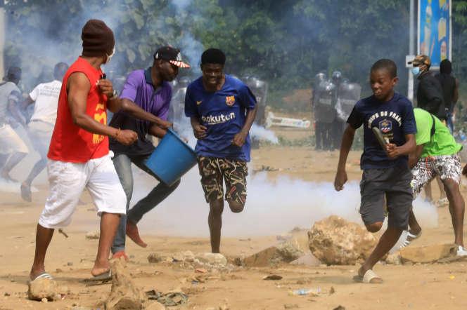 Des jeunes protestent contre un éventuel troisième mandat du président ivoirien Alassane Ouattara, à Abidjan, le 13 août 2020.