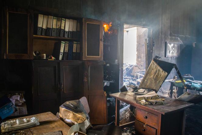 A l'intérieur de l'université Makerere victime d'un incendie, à Kampala, le 20septembre 2020.