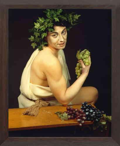 """« La série """"History Portraits"""" (1988-1990), développée à Rome, est une réinterprétation de la grande peinture occidentale italienne, flamande et française. Cindy Sherman s'approprie les thèmes et le langage des maîtres anciens sur un mode délibérément artificiel, affublée de costumes confectionnés à partir de vêtements achetés aux puces, de prothèses, de perruques et d'accessoires divers. """"Untitled #224"""" fait explicitement référence au """"Jeune Bacchus malade"""" du Caravage.»"""