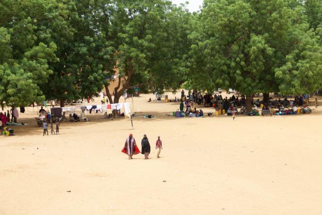 La cour du collège-lycée Gaweye1, qui accueille des sinistrés,a laissé place à un mini-marché où les femmes cuisinent et recousent les habits déchirés.