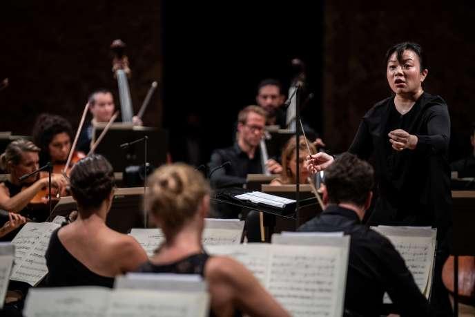 La chef d'orchestre américano-indonésienne d'origine chinoise Rebecca Tong lors de la première édition de La Maestra à la Philharmonie de Paris, le 16 septembre.