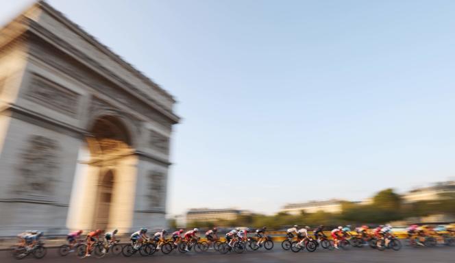 Le peloton du Tour de France lors de l'étape finale, dimanche 20 septembre à Paris.