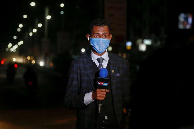 Un journaliste de la chaîne kényane KTN News, à Nairobi, le 6mai 2020.