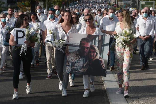 Véronique Monguillot (au centre), femme du chauffeur de bus Philippe Monguillot, lors d'une marche blanche à Bayonne, le 8 juillet.