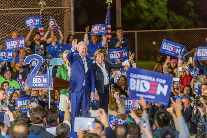Joe Biden, devant son épouse, Jill Biden, et au côté de sa sœur, Valerie Biden Owens (à droite), lors du Super Tuesday rally à LosAngeles, le 3mars.