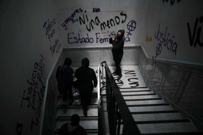 Des membres du collectif féministe « black bloc » entrent dans la Commission nationale des droits de l'homme (CNDH), le 11 septembre à Mexico.