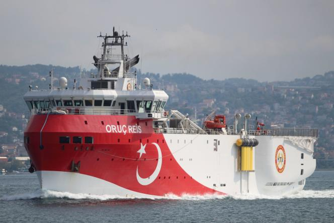 Le navire d'exploration turc «Oruç-Reis», passe le détroit du Bosphore, àIstanbul, enTurquie, le 3 octobre 2018.