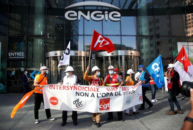 Des employés de Suez devant le siège du groupe Engie, à Courbevoie, près de Paris,mardi 22 septembre 2020.