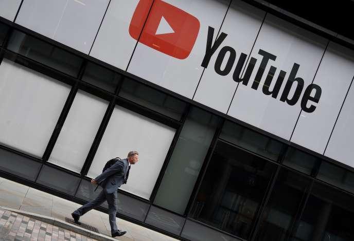 Devant les bureaux de YouTube à Londres, le 11 septembre.