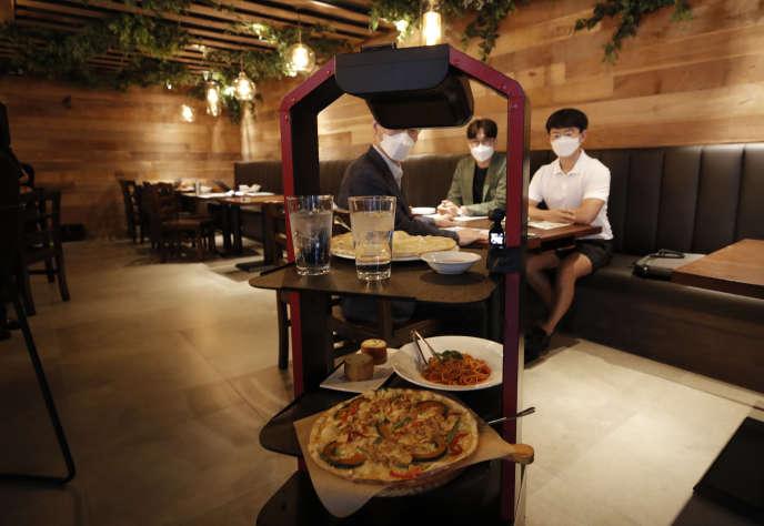 Un robot serveur dans un restaurant de Séoul (Corée du Sud), le 15 septembre.
