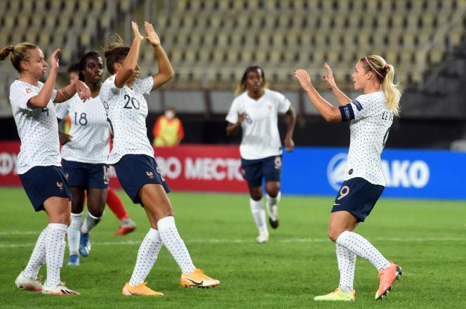 Eugénie Le Sommer (à droite) célèbre avec ses coéquipières de l'équipe de France son premier but lors du match de qualification pour l'Euro 2022 de football, contre la Macédoine du Nord, à Skopje, le 22 septembre.