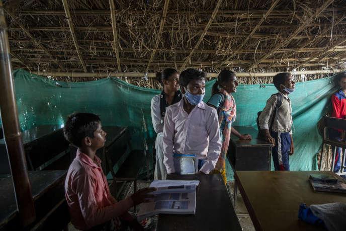 Des élèves écoutent Rajat Kumar Patra dans un centre de soutien scolaire informel, qui accueille des enfants et des adolescents du bidonville de Mayar Vihar, à New Delhi, le 20 septembre.