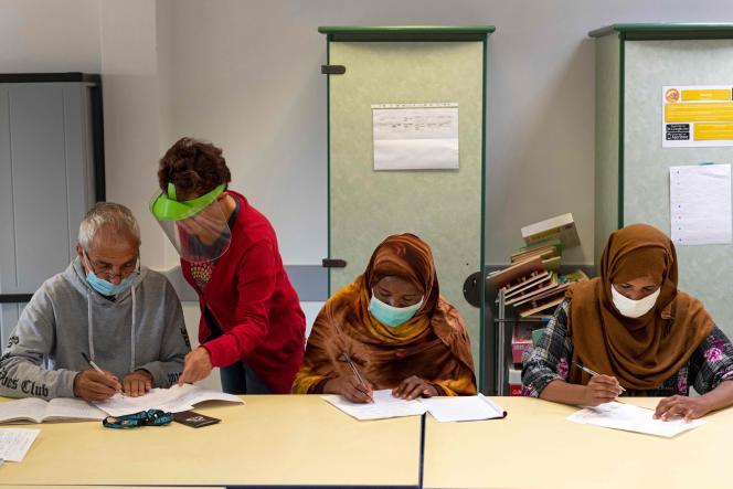 Une bénévole donne un cours de français à des réfugiésdans une association àPessat-Villeneuve (Puy-de-Dôme), le 26 août.