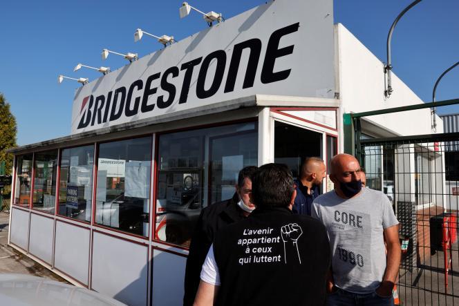 Des employés de Bridgestone, à l'entrée de l'usine du groupe, le 21 septembre àBéthune (Pas-de-Calais).