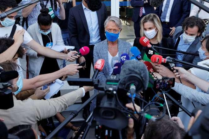 Les ministres du travail et de l'industrie, Elisabeth Borne et Agnès Pannier-Runacher, à l'usine Bridgestone de Béthune, le 21 septembre.