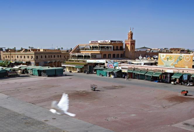 La célèbre place Jemaa-El-Fna de Marrakech vidée de ses charmeurs de serpents, conteurs et touristes, le 8 septembre 2020.