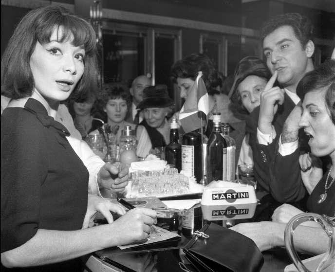 L'actrice et chanteuse française Juliette Gréco lors d'un cocktail organisé en son honneur à Milan, en Italie, le8novembre1960.