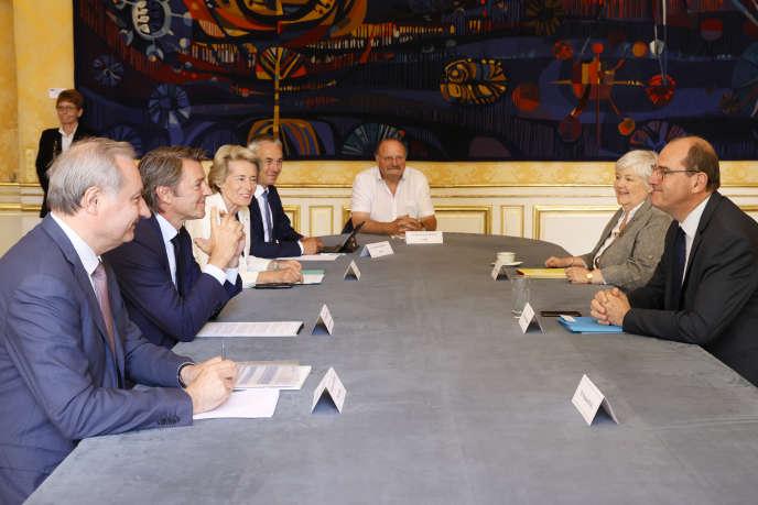 Le premier ministre, Jean Castex (à droite), et Jacqueline Gourault, ministre de la cohésion des territoires, face aux représentants des associations d'élus, à Matignon, le 11juillet 2020.