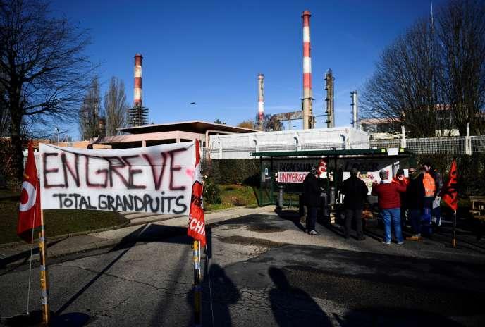 Des salariés de la raffinerie de Grandpuits (Seine-et-Marne) en grève contre le projet de réforme des retraites du gouvernement, le 6 janvier 2020.