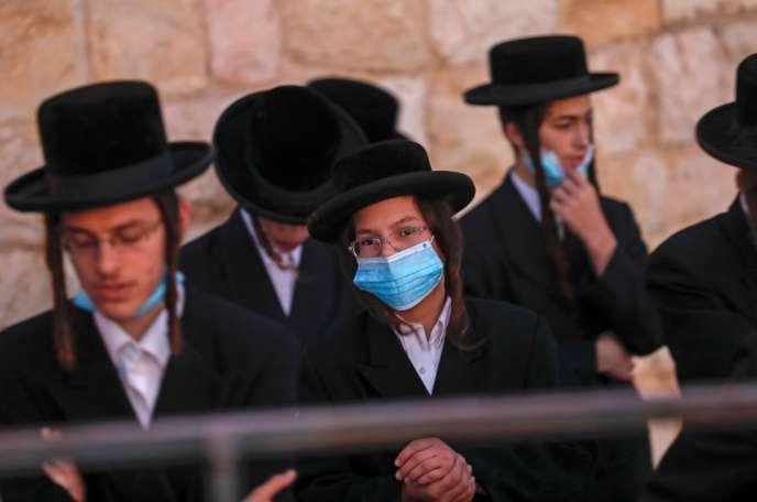 Des juifs ultraorthodoxes prient dans un cimetière juif, sur le mont des Oliviers, à l'est de Jérusalem, mercredi 23 septembre.
