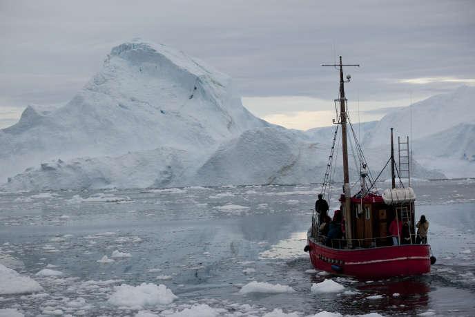 Un bateau traverse la glace flottante près d'Ilulissat, au Groenland, le 18 juillet 2011.