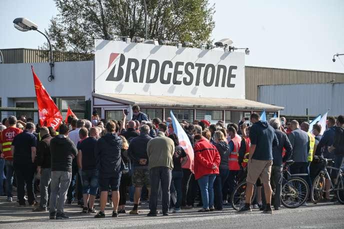 Des salariés de Bridgestone devant le sitede Bethune, le 17septembre 2020, au lendemain de l'annonce de la fermeture de l'usine.