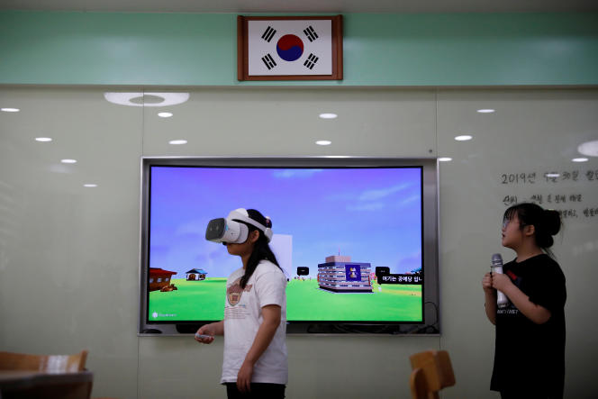 Une école s'appuie sur la technologie 5G et la réalité virtuelle pour enseigner à ses élèves, à Paju, dans le nord de la Corée du Sud, en septembre 2019.
