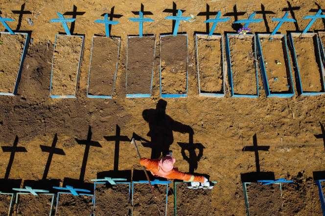 Tombes où ont été enterrées des victimes du Covid-19 à Manaus.
