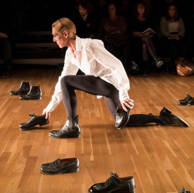 La chorégraphe Mathilde Monnier dans «Défilé pour 27 chaussures» (ici, au Centre national de la danse, à Pantin, en 2018).