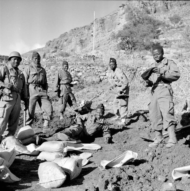 Des tirailleurs sénégalais en train de construire des fortifications dans le maquis algérien.