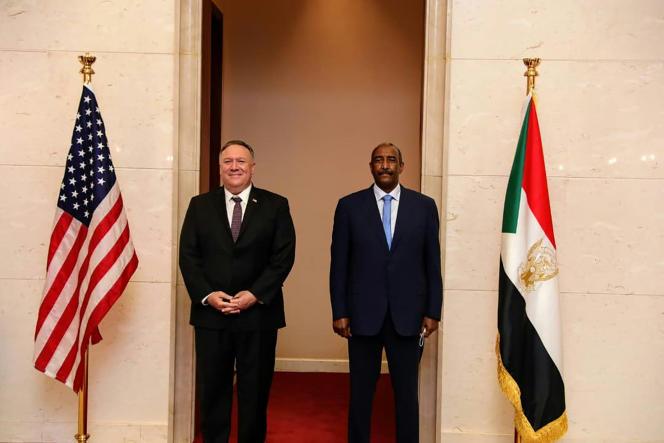 Mike Pompeo, le secrétaire d'Etataméricain, et le général Abdel Fattah al-Burhane, chef du Conseil souverain au Soudan, à Khartoum, le 25août 2020.