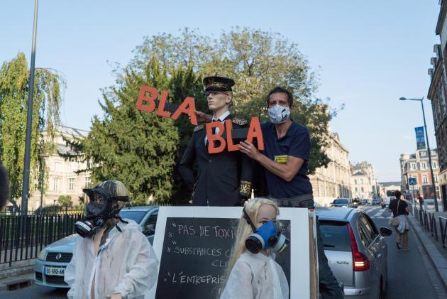 Les militants du collectif unitaire Lubrizol mobilisent les Rouennais pour la manifestation du 26 septembre.