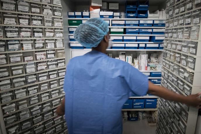La pharmacie de l'unité de soins intensifs de l'hôpital Lariboisière, à Paris, le 27 avril.