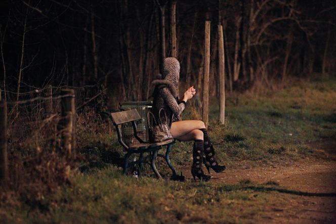 Une prostituée au Bois de Boulogne, à Paris, en 2012.
